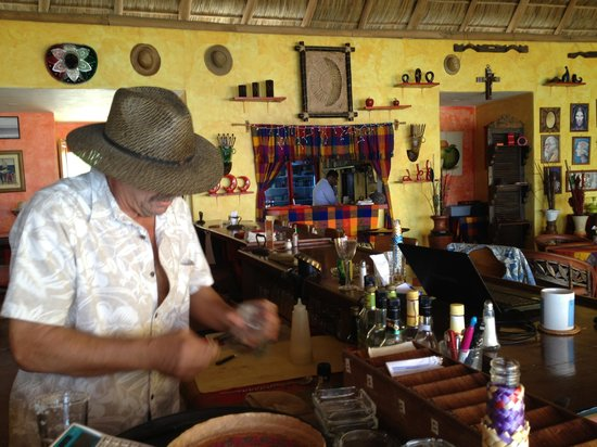 La Cruz de Huanacaxtle, Mexico: Kent doing bartender