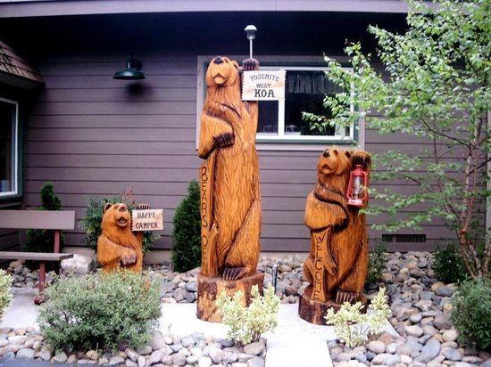 Yosemite West / Mariposa KOA: The three bears at the office