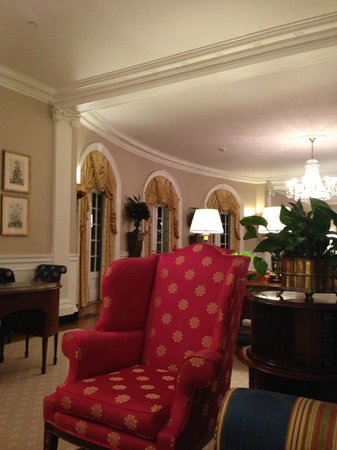 Williamsburg Inn: Well decorated Lobby