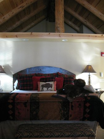 The Lodge at Suttle Lake: View of the super comfy bed and high ceilings