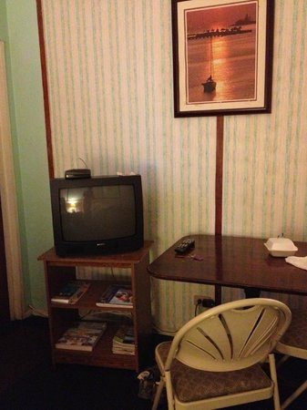 Arawak Inn: Table and TV