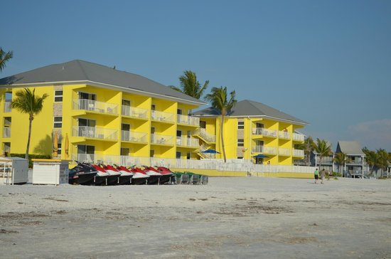 Sandpiper Gulf Resort: Love the bright vibrant color of the building.
