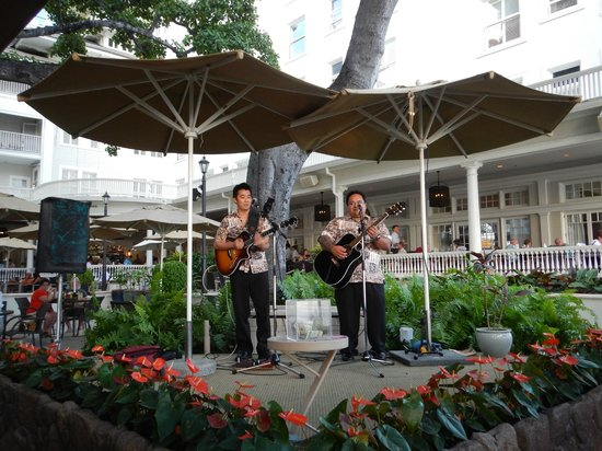 Moana Surfrider, A Westin Resort &amp; Spa: Entertainment at The Beach Bar