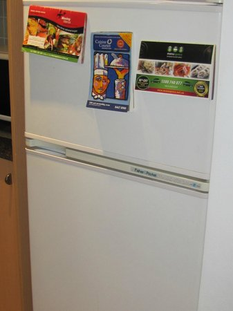 Medina Serviced Apartment Martin Place: Fridge in kitchen