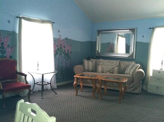 Elk Forge B&amp;B Inn, Retreat and Day Spa: View of couch (leg missing is on afar left of couch)