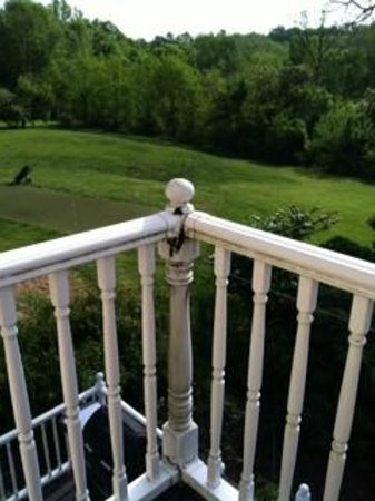Elk Forge B&B Inn, Retreat and Day Spa: Example of corner post damage - unfixed