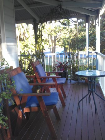 Mount Tamborine, Australië: PLenty of sitting areas on the verandah to relax with a book or a cuppa.