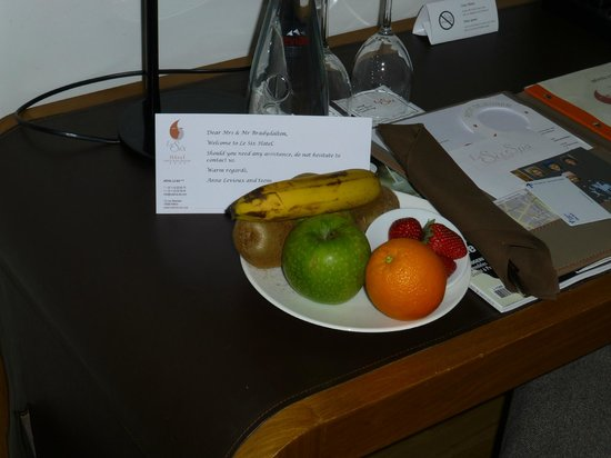 Hotel Le Six: Welcome fruit plate