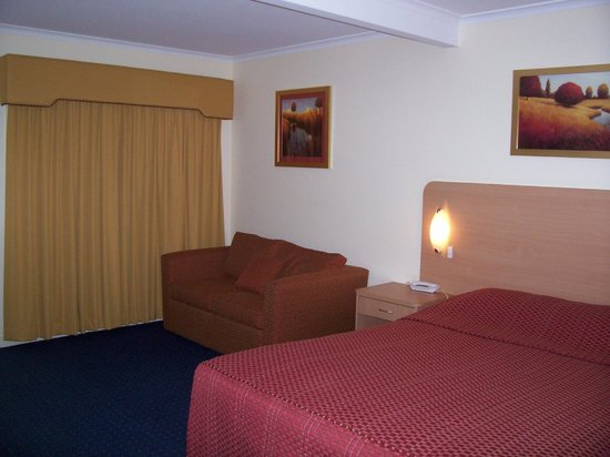 Dubbo, Australia: Bedding and lounge area.