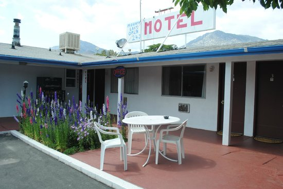 Mount-N-Lake Motel: Patio tables and chairs next to every room. Best for outdoor dining