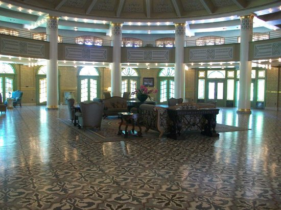 West Baden Springs Hotel: Front desk/Lobby area (original front entrance)