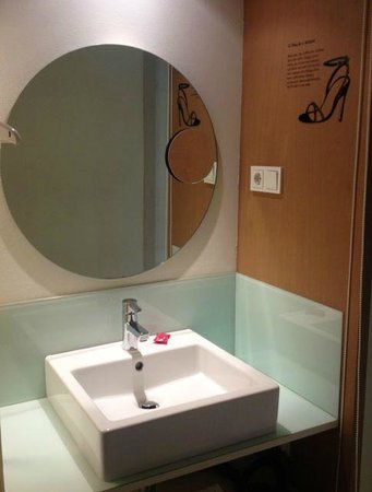 Hotel Denit Barcelona: sink outside of the bathroom