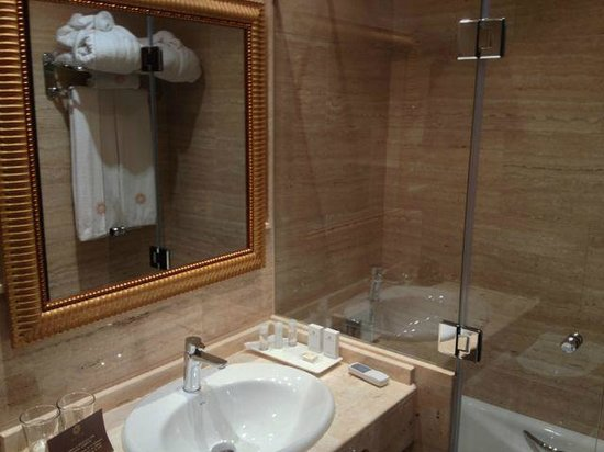 Hotel Casa 1800 Granada: Clean bathroom with robe and slippers