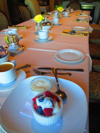 Crown Mansion Boutique Hotel & Villas: Enjoying our breakfast in their beautiful dining room!