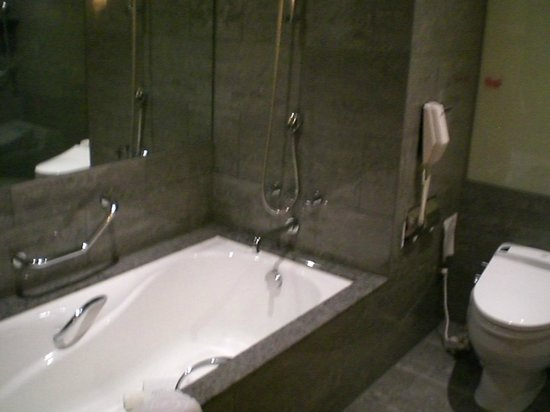 "Sheraton Grande Taipei Hotel: Separate tub and ""automatic"" toilet"