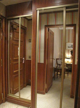 Hotel Franklin D. Roosevelt: Spacious dressing area and wardrobe near the entrance of the room