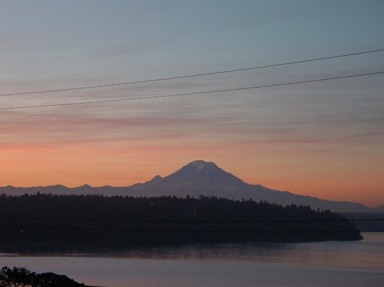 Three Tree Point Bed and Breakfast: Mount Ranier at daybreak - Three Tree Point B&B