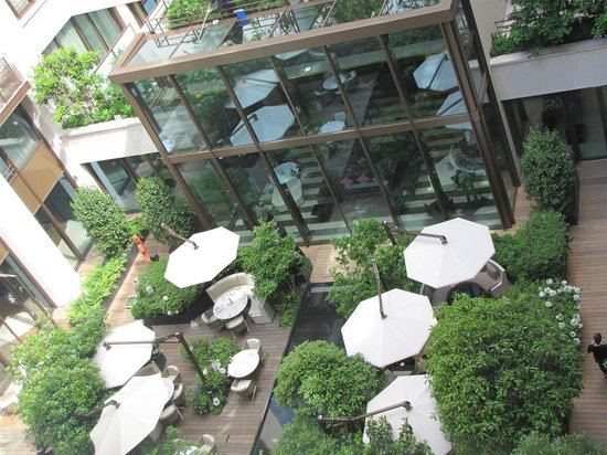 Mandarin Oriental, Paris: Top view of Camelia, the al fresco restaurant downstairs