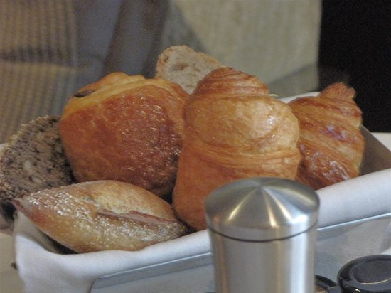 Mandarin Oriental, Paris: Bread basket at breakfast
