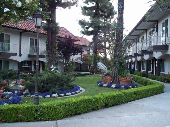 Laguna Hills Lodge: View of the courtyard garden