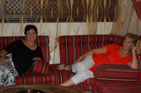 Arabian Courtyard Hotel & Spa: Lounging around on comfy sofas