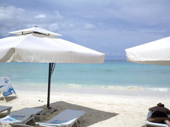 Boracay Beach Club: Sun lounges along the beach