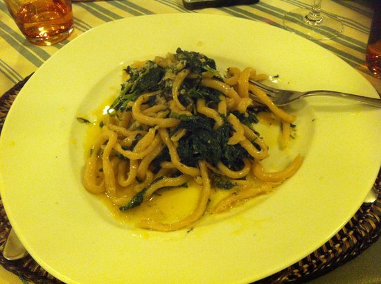 Paciano, İtalya: This is homemade pici with cime di rape and pecorino cheese. It looked and smelled so good I'd a