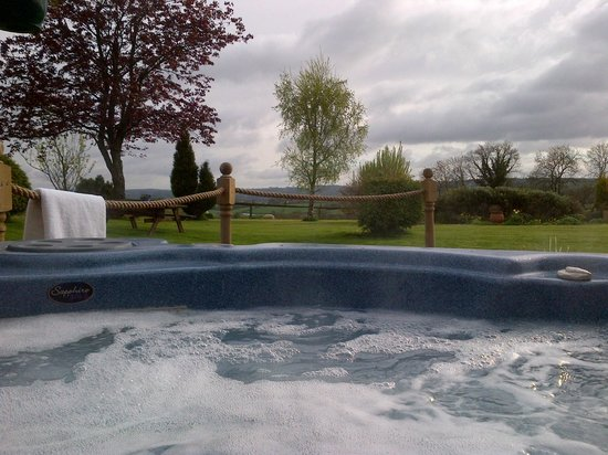 The Rock B&B: Hot tub view over garden