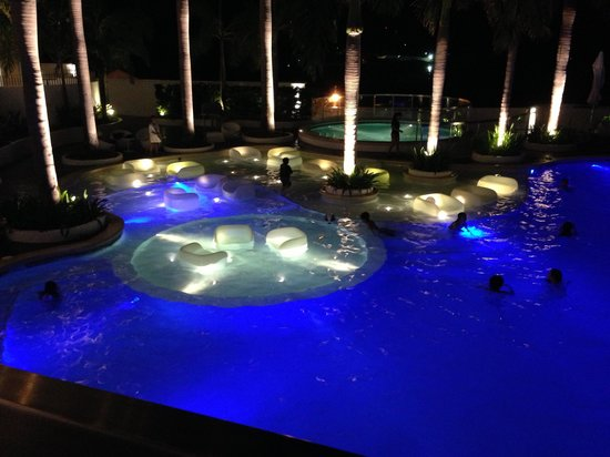 Moevenpick Hotel Mactan Island Cebu: Night swimming