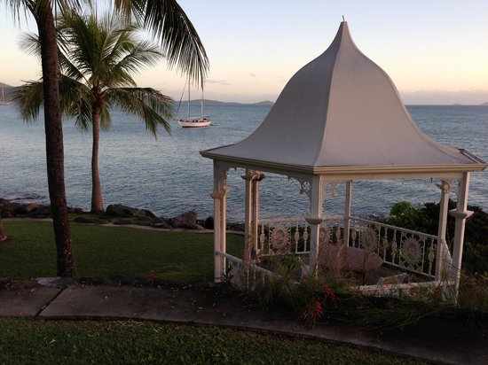 Coral Sea Resort: Front of resort gazebo.