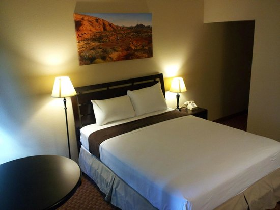 The INN at St.George: Newly remodeled room interior.  Single Queen Room.