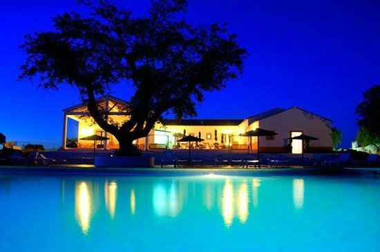 Portalegre, Portugal: our wonderful swimming-pool at night and Clubhouse