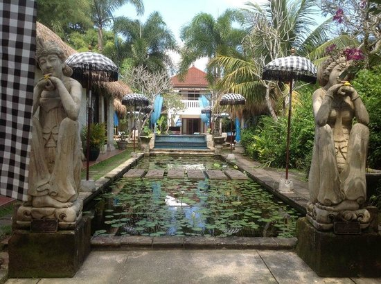 The Mansion Resort Hotel & Spa: Immaculately kept grounds