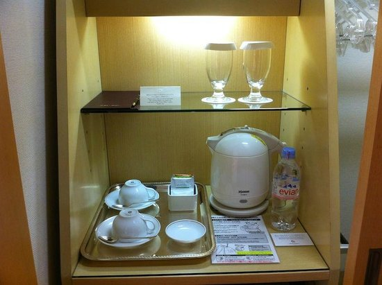 Hotel Okura Tokyo: Tea-making facilities complete with complex kettle