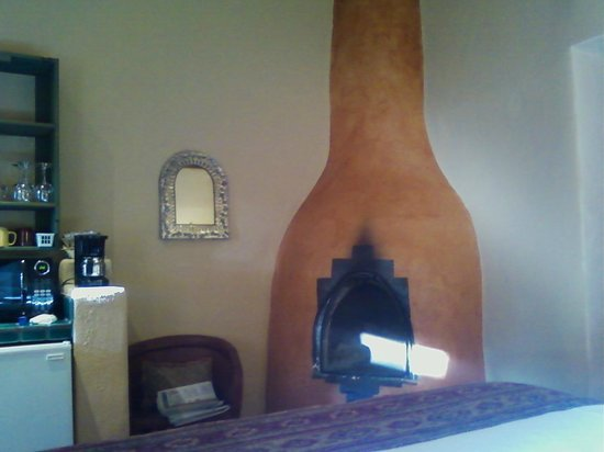 Las Palomas Inn Santa Fe: Fireplace (wood &amp; starters included)