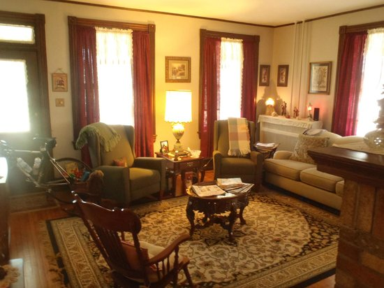 A New Beginning Bed and Breakfast: Living room area is very comfortable with great history books