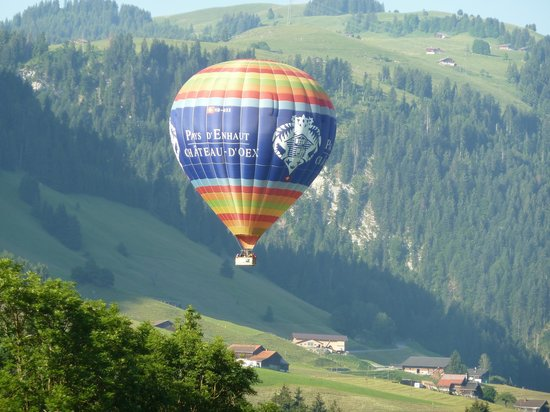 Chateau-d'Oex, Suiza: Balloon passing by hotel