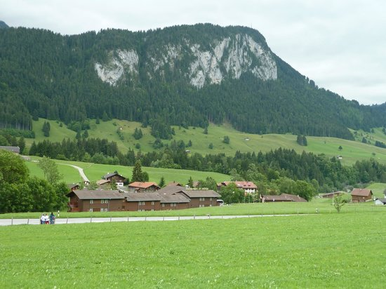 Chateau-d'Oex, Suiza: Hotel as seen from village