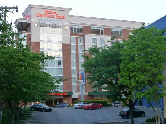 Hilton Garden Inn Nashville/Vanderbilt: View of hotel from across the street