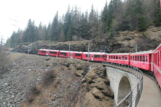 Grisons, Suiza: Bernina Express in transit