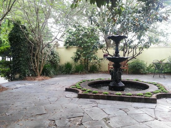 Barksdale House Inn: Courtyard patio to enjoy breakfast
