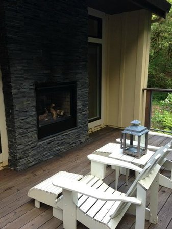 Farmhouse Inn &amp; Restaurant : Outdoor fireplace seating area - private patio 