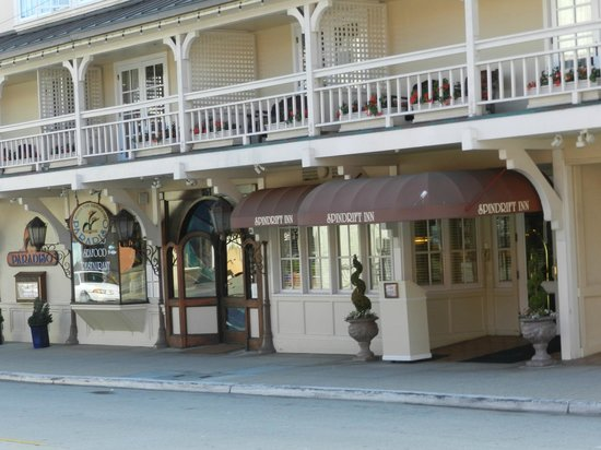 Spindrift Inn: Front of building