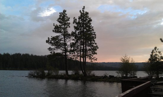 The Lodge at Suttle Lake: Sunset Outside Boathouse Restaurant