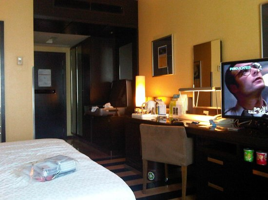 Four Points by Sheraton Le Verdun: Preferred room - desk/side board