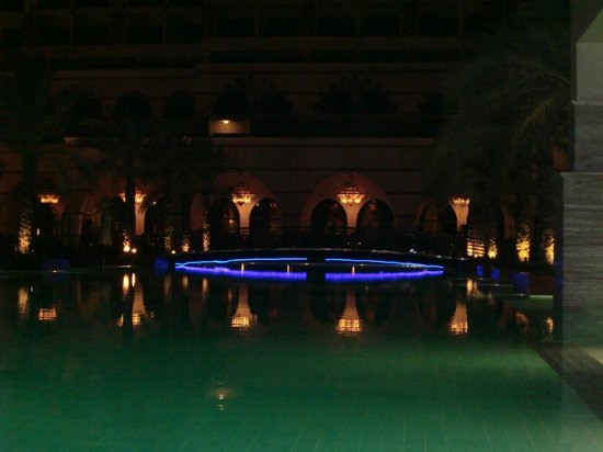 Jumeirah Zabeel Saray: Der Pool aus der Strandsicht