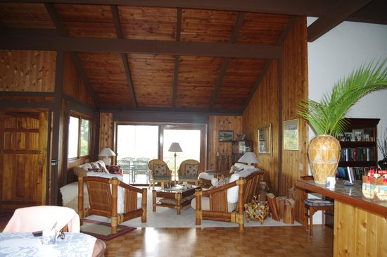 Areca Palms Estate Bed and Breakfast: view from dining area out to the lanai