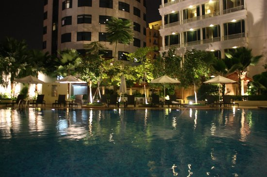 Park Hotel Clarke Quay: swimming pool in the evening