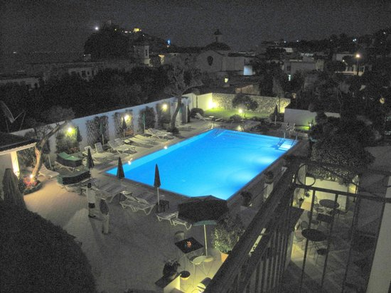 Villa Durrueli: Pool at night