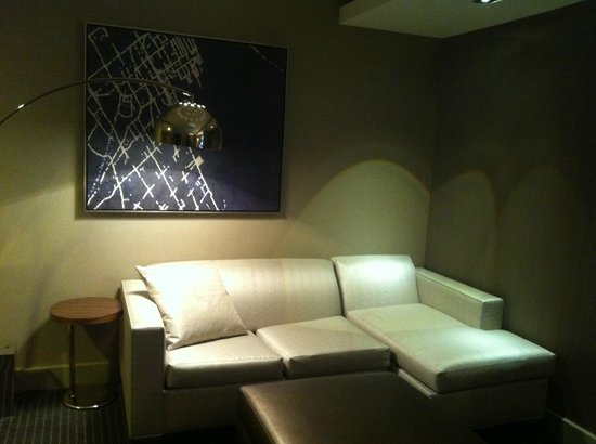 Grand Hyatt New York: Sitting area, with pull out single bed.